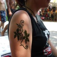 felkar henna, virágos - Floral henna tattoo on arm